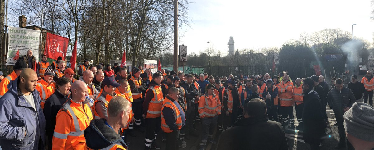 #solidarity A massive message from the Lifford Lane depot, the #BirminghamBinStrike refuse workers want parity and fair treatment. The workers are standing strong and together. <br>http://pic.twitter.com/XSwjmBhSOS
