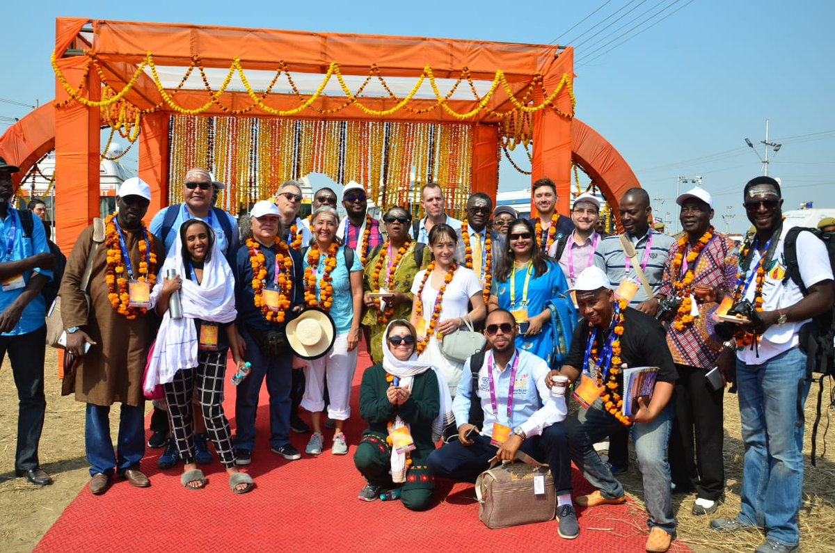 The International Delegates were mesmerised witnessing the rich art, culture & heritage of India during their visit to #Kumbh2019, Prayagraj  #DivyaKumbh #BhavyaKumbh #IncredibleIndia #ProudToBeAnIndian