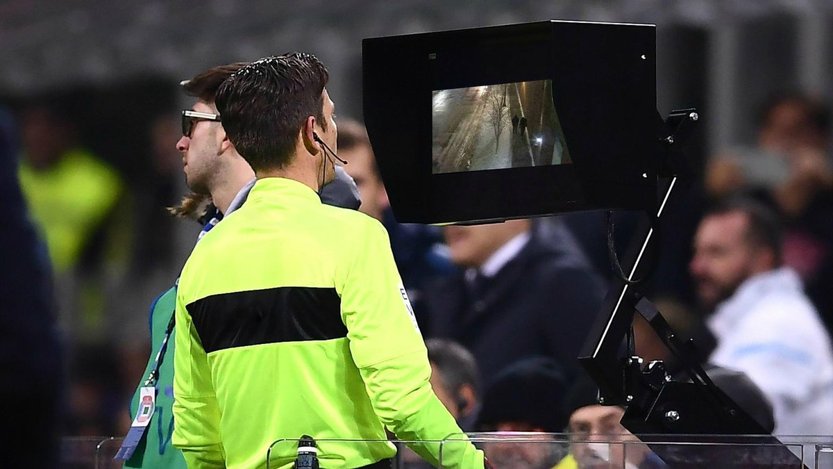 &quot;The referee is just checking the VAR here, but it does look like simulation from Smollett&quot; <br>http://pic.twitter.com/a0YRKUp6yl
