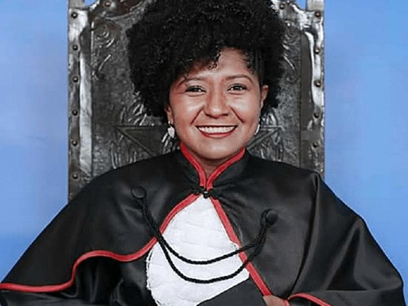 Bom dia com a foto de Vercilene Francisco Dias, primeira mulher quilombola mestre em Direito no Brasil. Ela também foi a primeira quilombola a passar na OAB e agora conquista seu mestrado pela UFG. Orgulho! 💙✊🏽