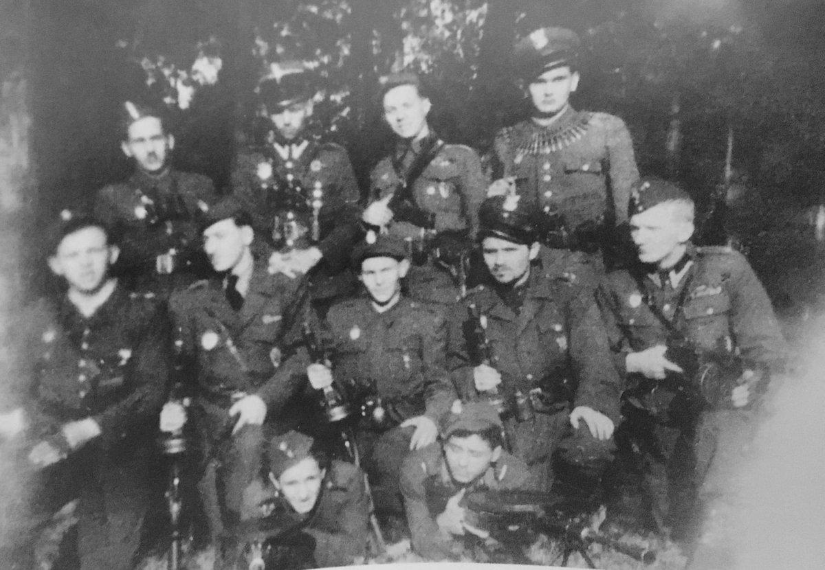 """Podczas komunistycznej amnestii ogłoszonej 22 1947 ujawnił się dowódca oddziału NSZ Mrozy, legendarny por. Zygmunt Jezierski """"Orzeł"""" (w górnym rzędzie, 2 z lewej). Wrócił do lasu dalej walczyć. Jeszcze 2 lata likwidował komunę. Zamordowany na Mokotowie w sierpniu 1949."""