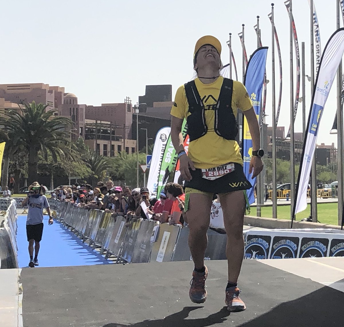 Cuarta maratón #Transgrancanaria llega @Laia_Diez! Bravo. Sigue todo nuestro #TGCenvivo aqui. Crónicas, fotos, videos y más > carrerasdemontana.com/tag/transgranc…