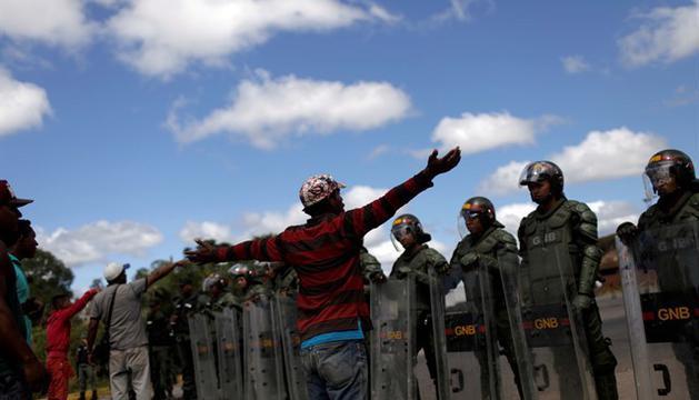 Dos muertos en un choque entre indígenas y el Ejército por la entrada de ayuda humanitaria en #Venezuela http://ow.ly/bAEL30nNLDm