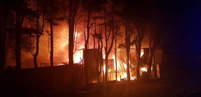 Grote uitslaande brand achter in de polder van Maasdijk. Veel hulpdiensten ter plaatse. https://t.co/kQJlIf4DJU