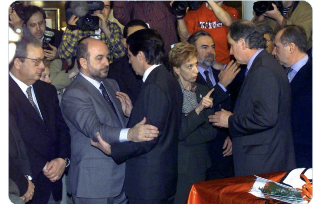 Tal día como hoy, hace veinte años, ETA asesinó a Fernando Buesa y a su escolta Jorge Díez. Aquí un momento de su velatorio en el que le recuerdo a Atutxa su responsabilidad por haber decidido reducir su protección para aparentar que la tregua de ETA era real.