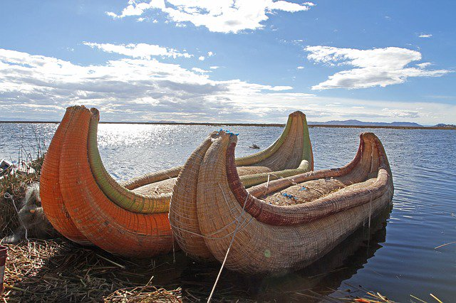 💡 Made from totora reeds, #LakeTiticaca's artificial #Uros Floating Islands in Peru are a top tourist attractions that you should not miss.  Read More 👉 https://www.fertur-travel.com/blog/2018/uros-floating-islands-peru/14010/…