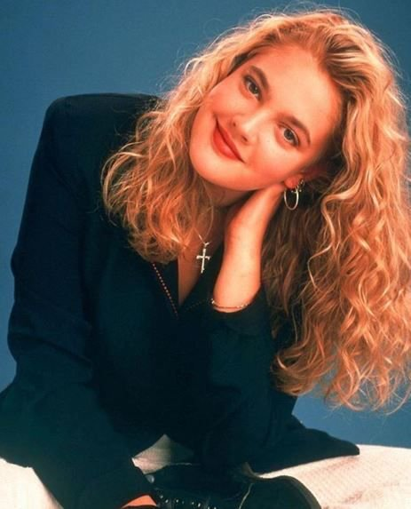 Happy birthday to the lovely Drew Barrymore 😍💛 Forever our 90s style icon 🙌😍😍