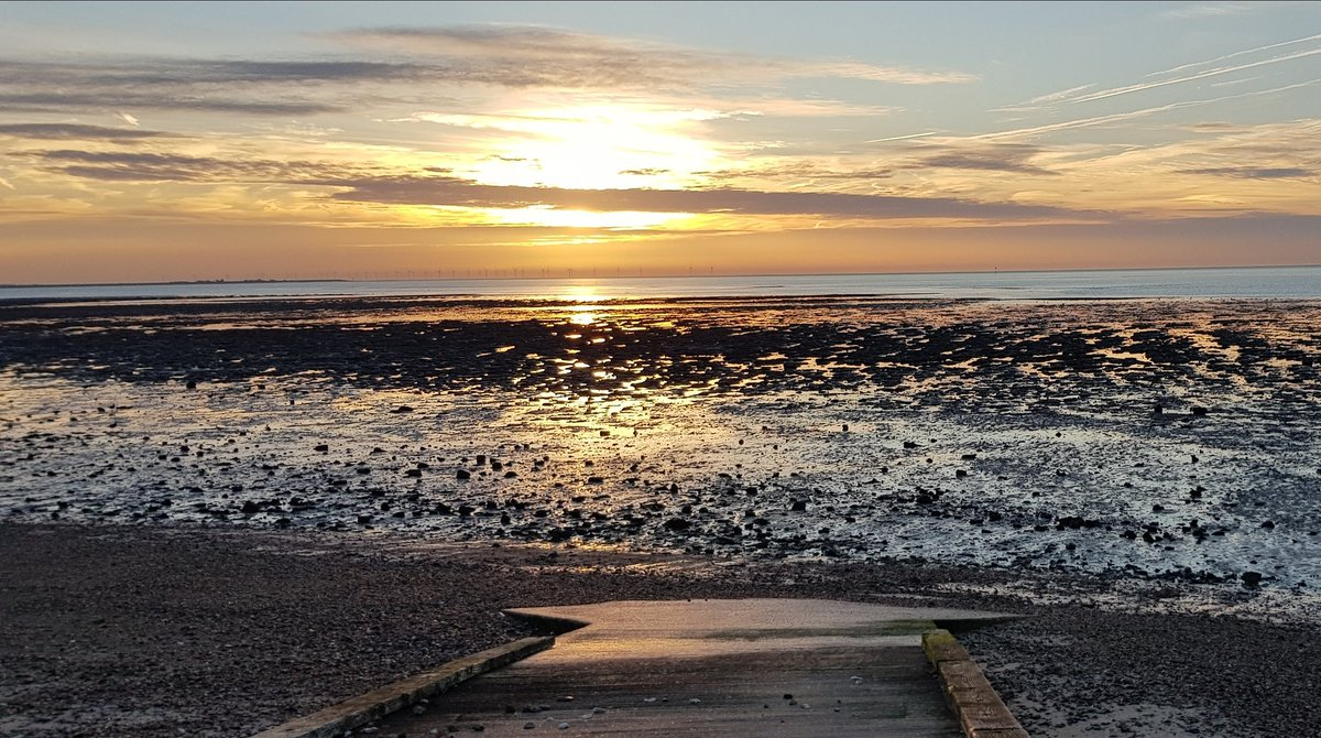 Sunrise over East Mersea as we complete phase 2 of our works to strengthen the seawall. https://t.co/vZncDeqPjc