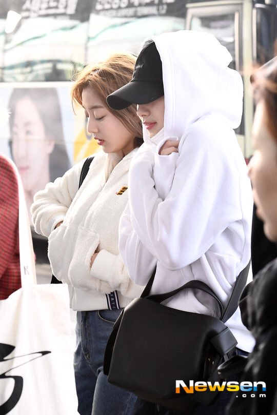 Sana going to Thailand vs returning back to Korea   she probably thought her hair was revealed on the vlive so ain&#39;t hiding anymore <br>http://pic.twitter.com/CPx57LVvvL
