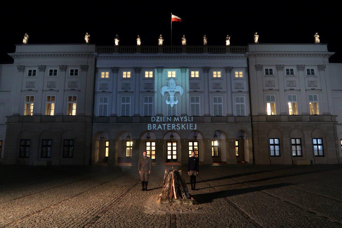 Prezydent RP @AndrzejDuda rozpalił harcerską watrę na dziedzińcu Pałacu Prezydenckiego! #DzieńMyśliBraterskiej  Czuwaj!