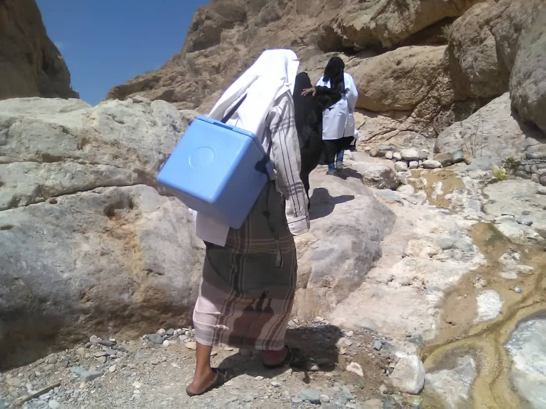 These health workers trek for several hours a day on rocky, mountainous paths to vaccinate children in rural Yemen. @UNICEF_Yemen    #VaccinesWork