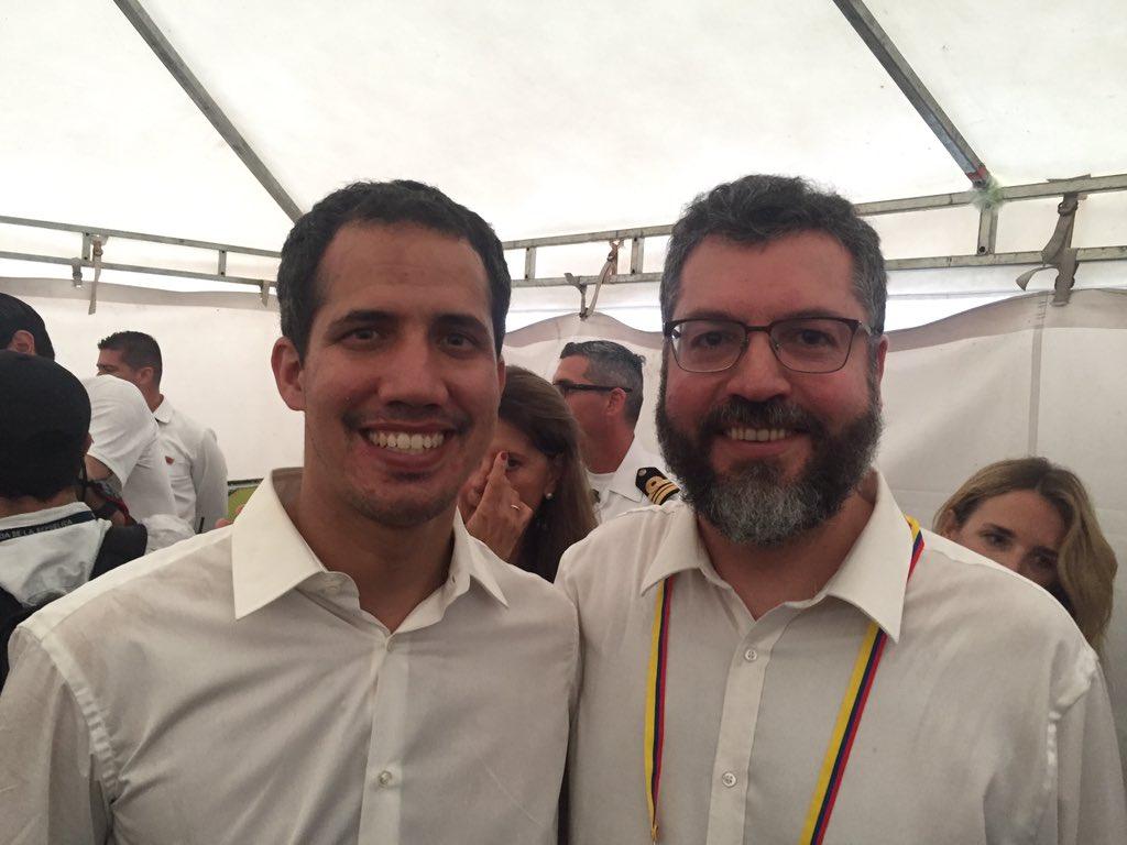Ainda em Cúcuta, Colômbia, com o Presidente Encarregado da Venezuela, Juan Guaidó, corajoso líder da transição democrática. Guaidó mandou saudações e agradecimentos efusivos ao PR Bolsonaro e ao Brasil pelo apoio a uma Venezuela livre.