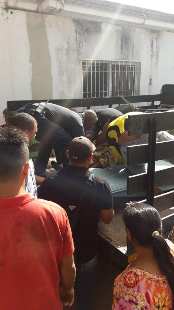"""Dois índios foram mortos e 12 ficaram feridos em um conflito com militares na Amazônia venezuelana. Seria o caso de as ONGs indigenistas, @ptbrasil, @psol50 e seus assemelhados se manifestarem sobre o """"genocídio""""? Ou será que, por ser amigo, @NicolasMaduro tem salvo-conduto?"""
