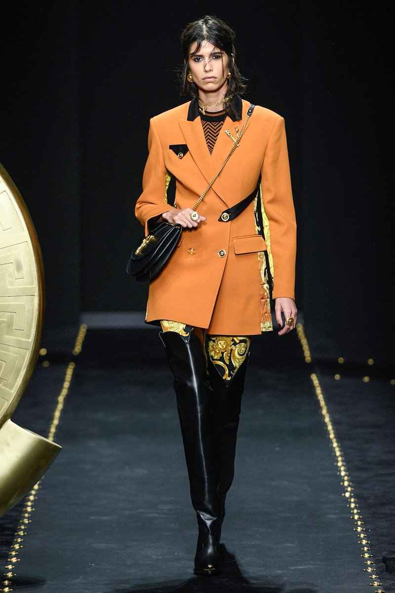 See every look from @VERSACE's Fall 2019 collection: https://t.co/wNVWxBhwUi