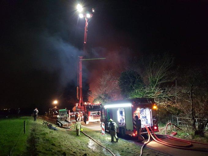 De Brandweer heeft de ladderwagen opgesteld om de blussers van licht te voorzien #brand https://t.co/qmUXX4TFJJ