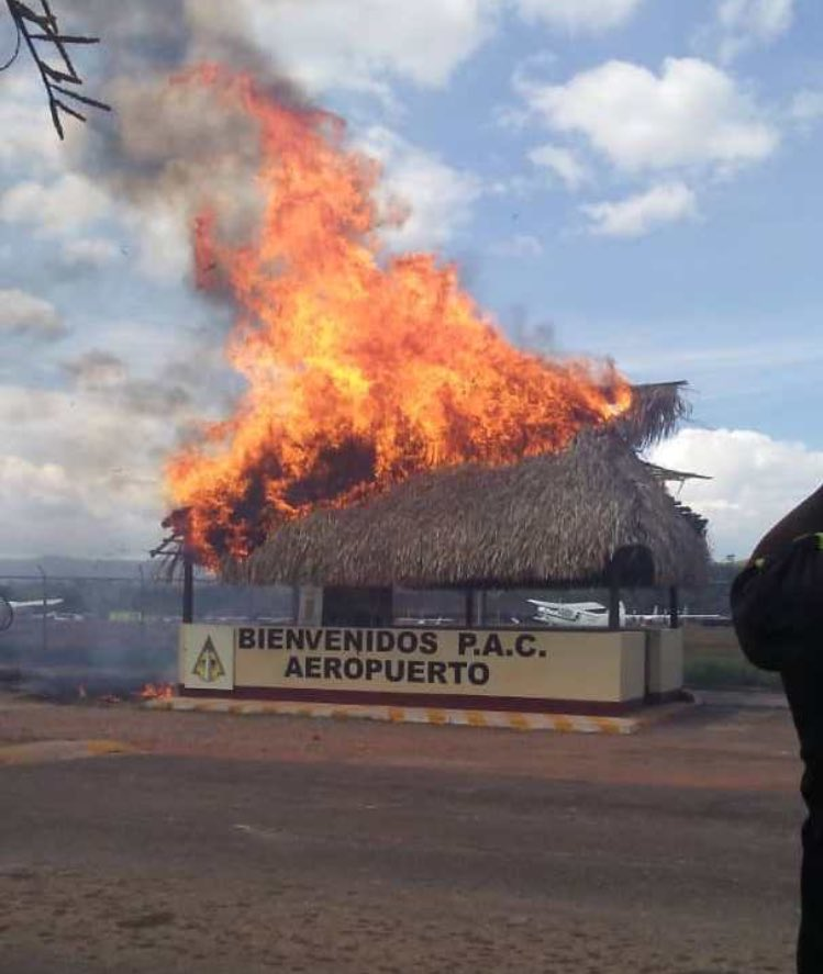 The Pemones have burnt down the guard post at the entrance to the airport in Santa Elena de Uairén  #Venezuela #22F<br>http://pic.twitter.com/bJFxrF0dcs
