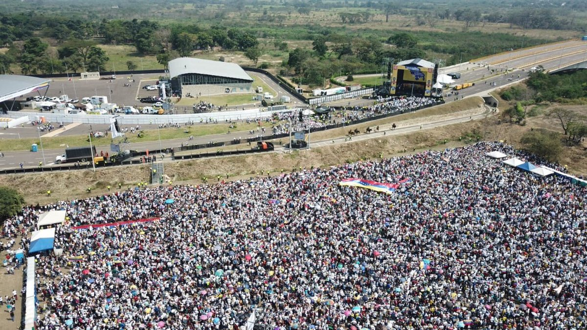 Over 300,000 people are gathered in Cúcuta, Colombia for the #VenezuelaAidLive concert benefiting humanitarian needs in Venezuela.   The concert is being held on the Tienditas International Bridge which connects Colombia and Venezuela.  #HoySomosVenezuela x <br>http://pic.twitter.com/9XYcCIZ0pT
