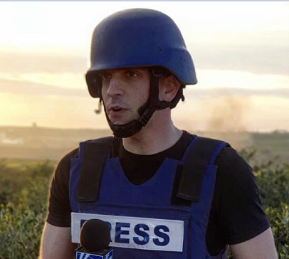IDF soldiers instructed Fox News' @TreyYingst and his crew to leave their location due to rioters throwing grenades and IEDs. Yingst was in the middle of filing a live report for America's Newsroom when they were told to move. https://www.adweek.com/tvnewser/fox-news-trey-yingst-is-forced-to-leave-his-reporting-location-on-gaza-border-due-to-rioters-throwing-grenades-and-ieds/394864 …