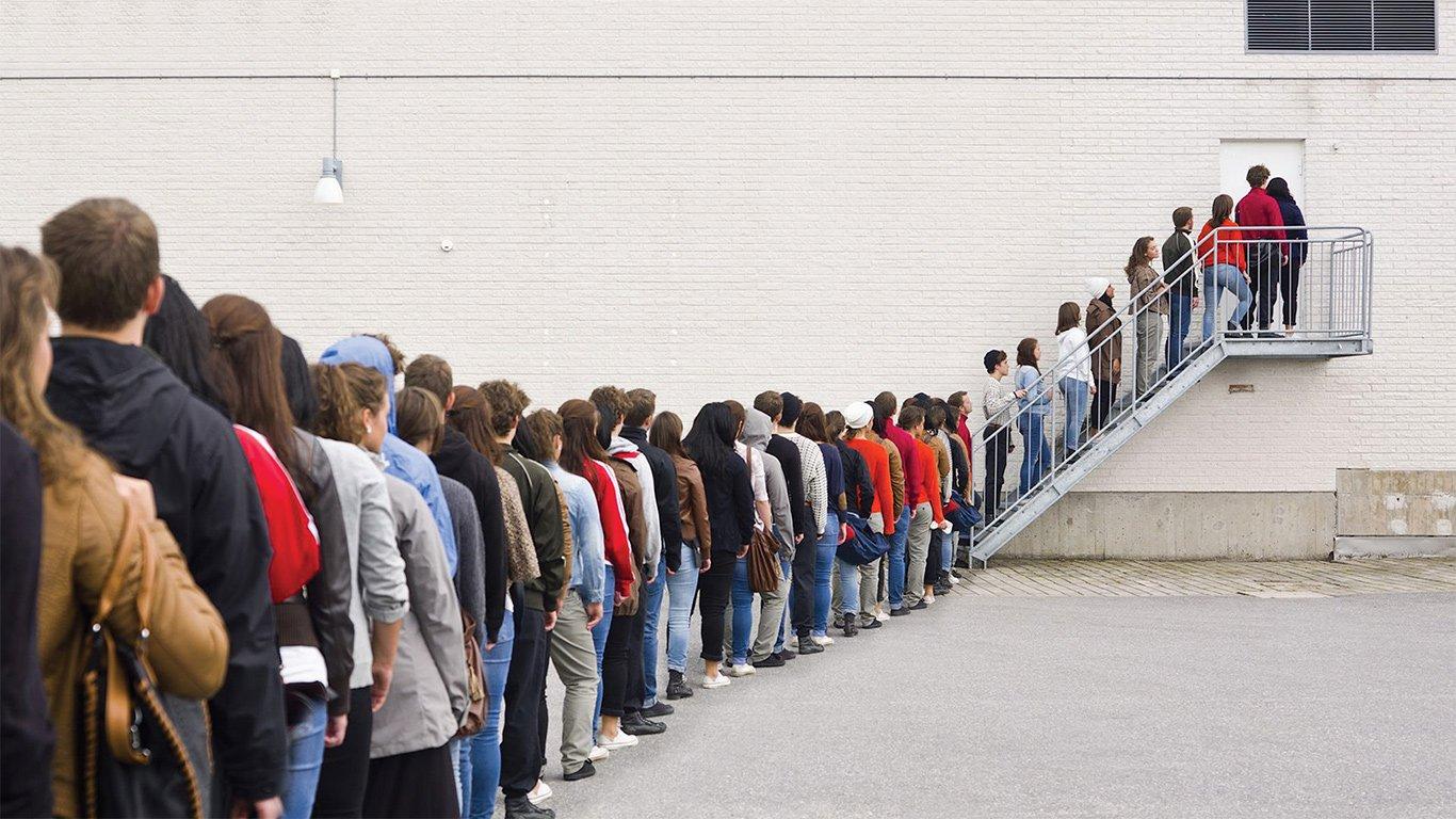картинка клиенты стоят в очереди пожилой американец