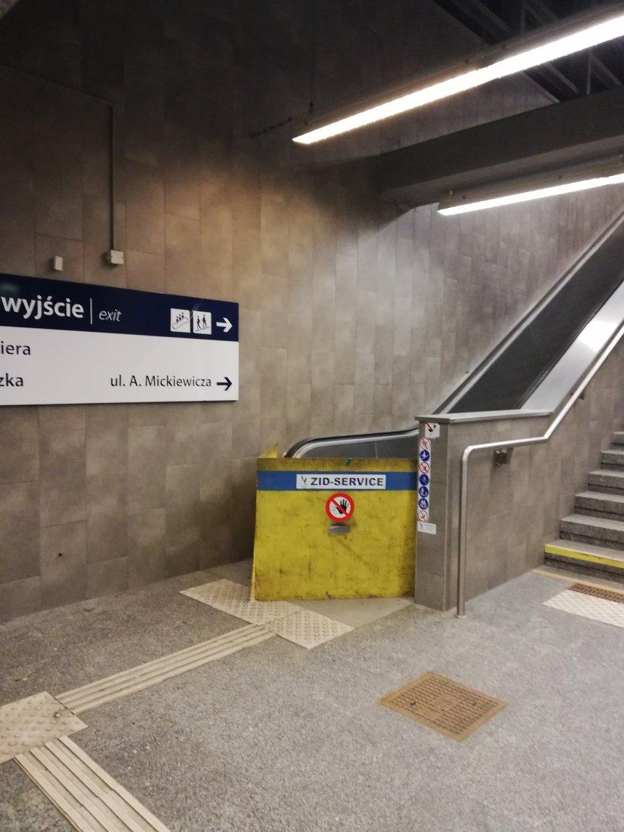 Te schody na stacji Dw Gdanski drugi miesiac nie dzialaja. @MetropoliaZTM o co chodzi?