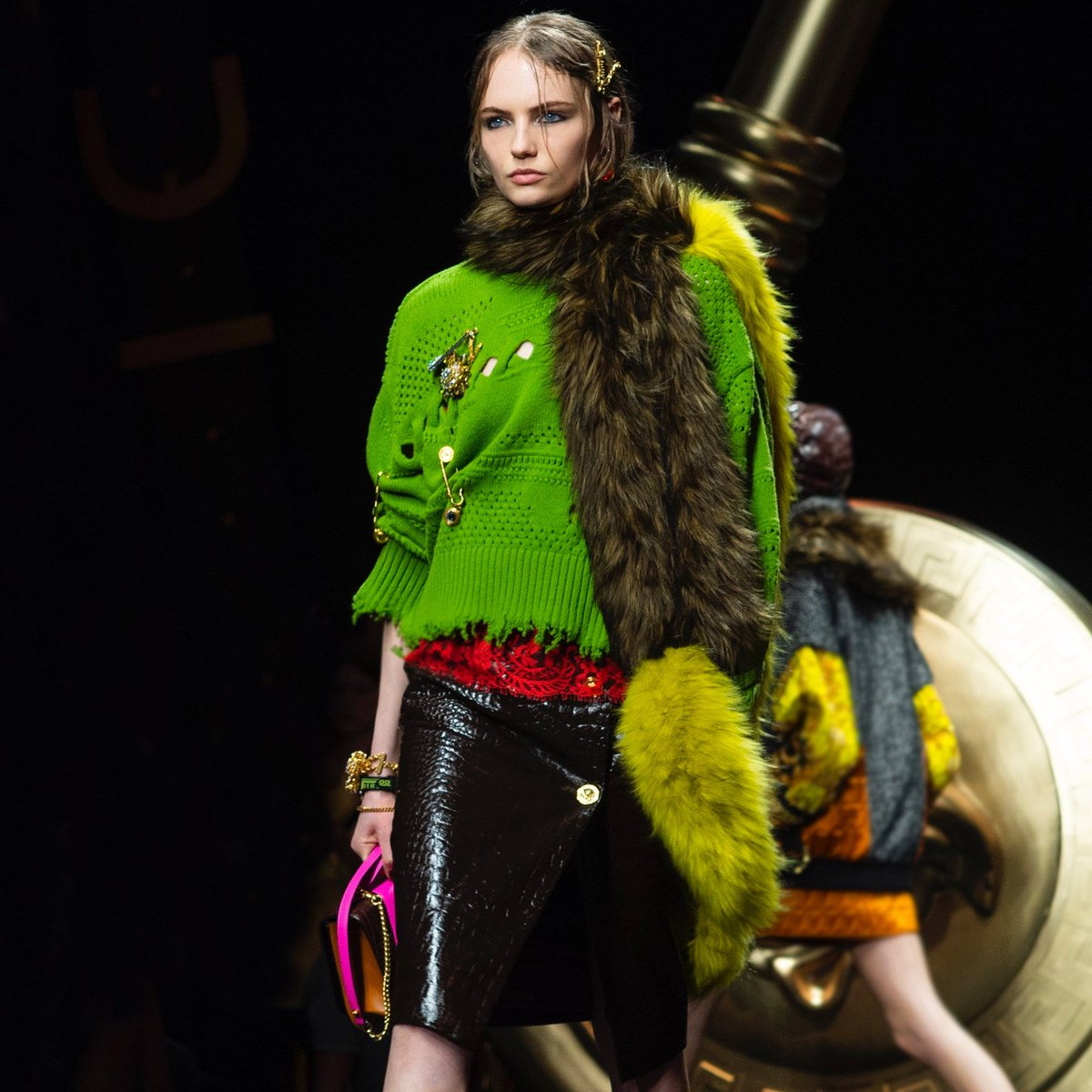 The dichotomy of luxury and grunge is present on the #VersaceFW19 runway: rich leathers and faux furs are paired with intentionally destroyed knits adorned with signature Safety Pins. #MFW  Watch the show:  https://t.co/drIKwcAARG