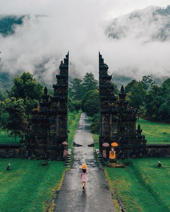 Now Discovering the Handara Gate in Bali, Indonesia. . . Photo credit: https://t.co/ttqwbe7Zta https://t.co/Rqe6rlOjkF