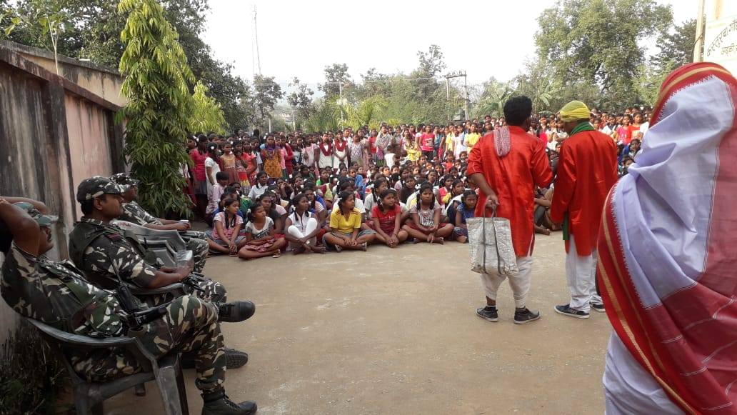 #BetiBachaoBetiPadhao campaign by #RegionalOutreachBureau, Ranchi artists in a village in Khunti district, Jharkhand.