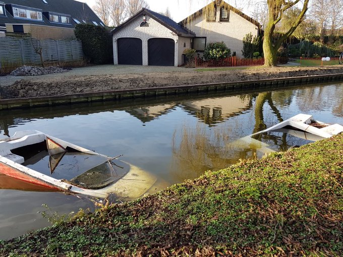 Twee half afgezonken boten versperren de doorvaart bij het voormalige Prinsenlaantje in Honselersdijk. @hhdelfland https://t.co/G9xGjxP9S3