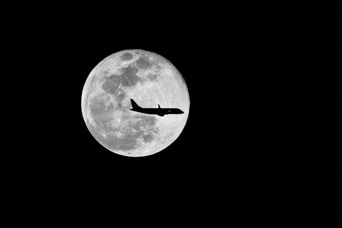 WOW! Check out this great photo taken by one of our viewers, Ron! He says he was capturing the super moon and caught a plane preparing to make its final approach into @FresnoAirport. ✈