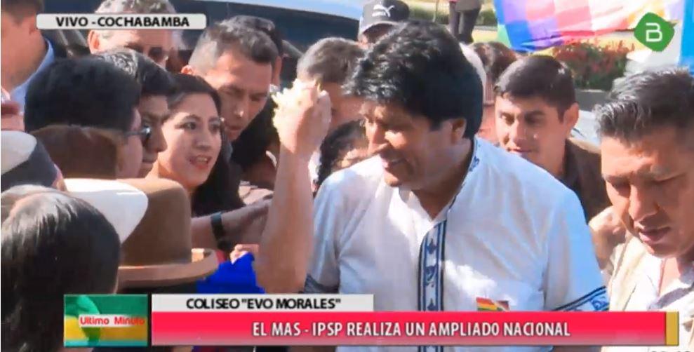 #EnDirecto El presidente @evoespueblo llega al coliseo Evo Morales en #Cochabamba para el ampliado nacional del #MAS
