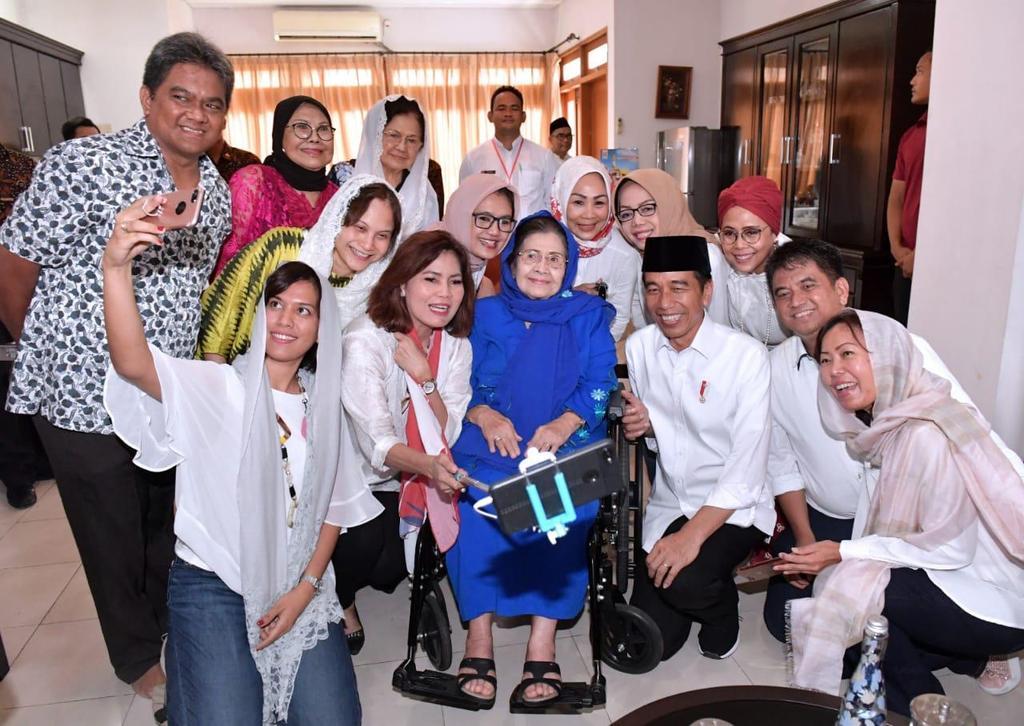 Mampir di kediaman  Ibu Karlinah Umar Wirahadikusumah, kemarin, selepas Jumatan di Masjid Raya Bani Umar, Tangerang Selatan. Rumah Ibu Karlinah rupanya tepat di samping kiri masjid itu.    Alhamdulillah, di usia 88 tahun, Ibu Karlinah tampak sehat dan bugar.