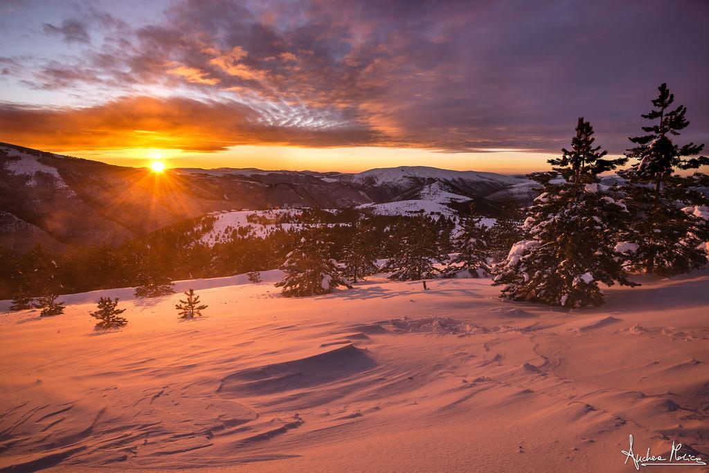 Uno spettacolo incredibile ci riempie di bellezza... il sole sta calando e colora di rosso i Sibillini innevati!  Scopri dove sciare nelle #Marche: https://t.co/WMdFDuRCM4   #destinazionemarche