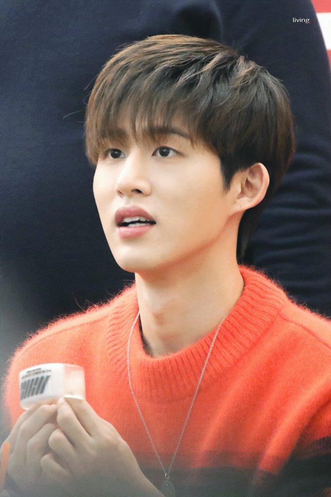 Did fan gave Hanbin a KONBAND???? <br>http://pic.twitter.com/Mn570r7NBf