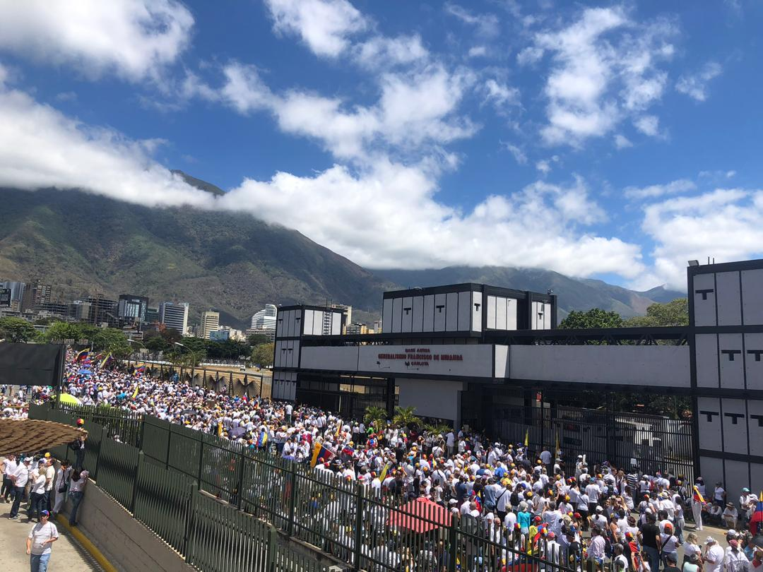 #23FAyudaYLibertad #23FAvalanchaHumanitaria 12 del medio día. Sin miedo el pueblo se concentraba a las puertas de la Base Aérea en La Carlota #Caracas. Un pueblo decidido a conquistar democracia y una mejor #Venezuela avanza en una nueva Rebelión Popular pacífica.