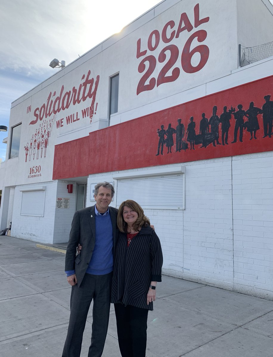 Hello, Nevada! About to meet with the sisters and brothers of Unite Here. We love the mural outside of the culinary workers union hall. In solidarity, we will win. <br>http://pic.twitter.com/NhhSz87pC1