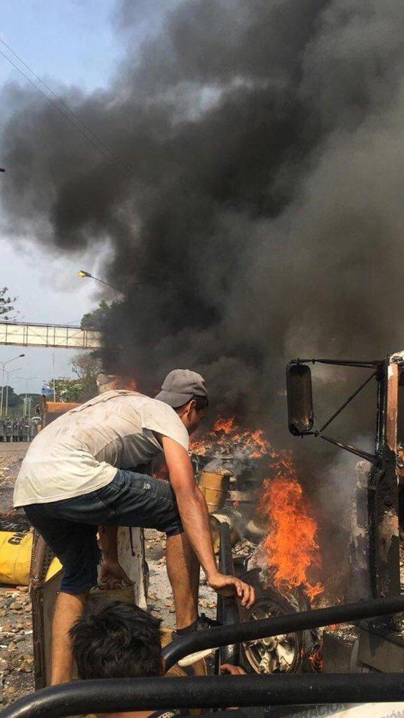 """Vídeos y fotografías prueban que fueron mismos opositores quienes queman camiones con """"ayuda humanitaria"""" D0H1brsXQAAkHzH"""
