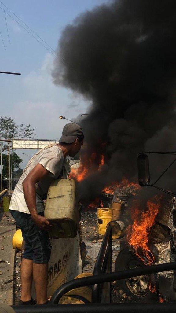 """Vídeos y fotografías prueban que fueron mismos opositores quienes queman camiones con """"ayuda humanitaria"""" D0H1brsXgAAjncC"""