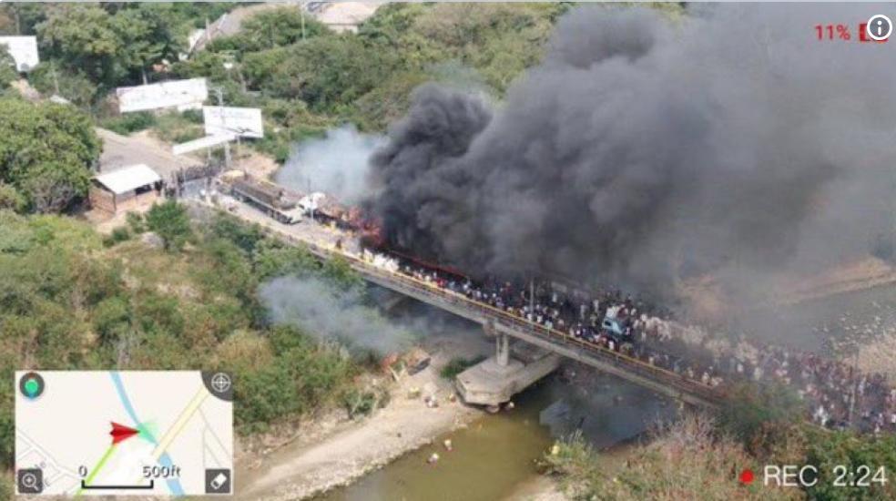Cuando vean la imagen de las gandolas quemadas en Ureña, háganlo leyendo los siguientes datos:  94% de la población venezolana no cuenta con ingresos suficientes para pagar los precios de una canasta de alimentos