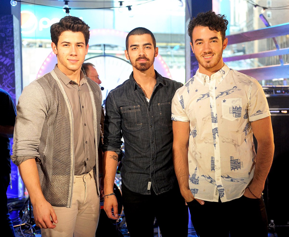 "The Jonas Brothers had a meeting in Los Angeles earlier this month to talk about finally getting back together, @People reports.  According to the insider, the brothers will announce their comeback, ""soon."" <br>http://pic.twitter.com/0Ec6dHX0Ya"