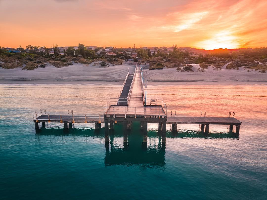 Getting up early has colourful rewards! Visit @DestPERTH and find one of the many beautiful metropolitan beaches where you can watch the sun edge it's way over the horizon to start the day, with only waves and sand for company  (via IG/ perth_air) #Coogee #justanotherdayinWApic.twitter.com/G8kFxH0knW