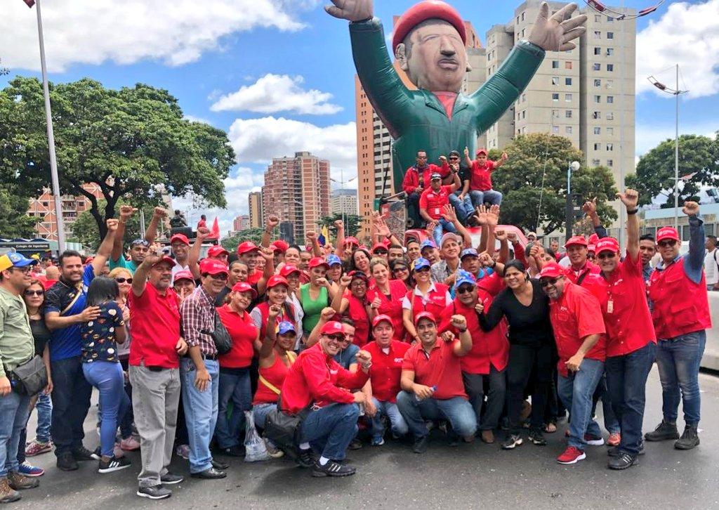 En pie de lucha en defensa de nuestra amada Patria y en contra de la injerencia imperialista. Aquí hay un pueblo leal al presidente @NicolasMaduro ¡No volverán! ¡Leales siempre, traidores nunca! #VenezuelaEnDefensaDeLaPaz