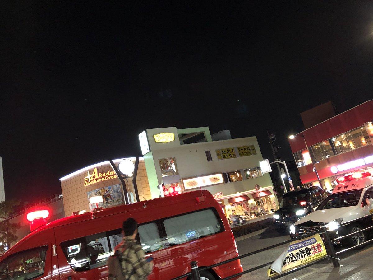 常磐線の南千住駅での人身事故で緊急車両が集結している画像