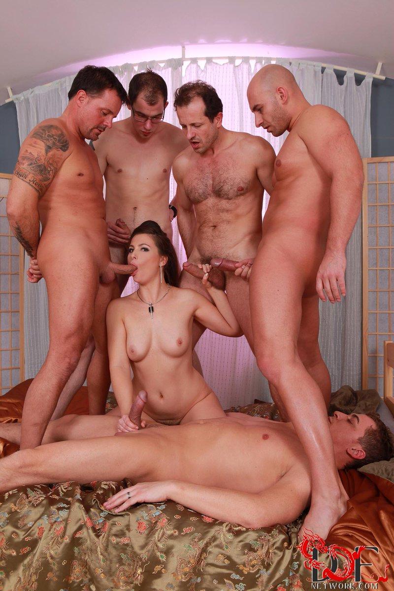 Групповое порно муж жена и пять друзей