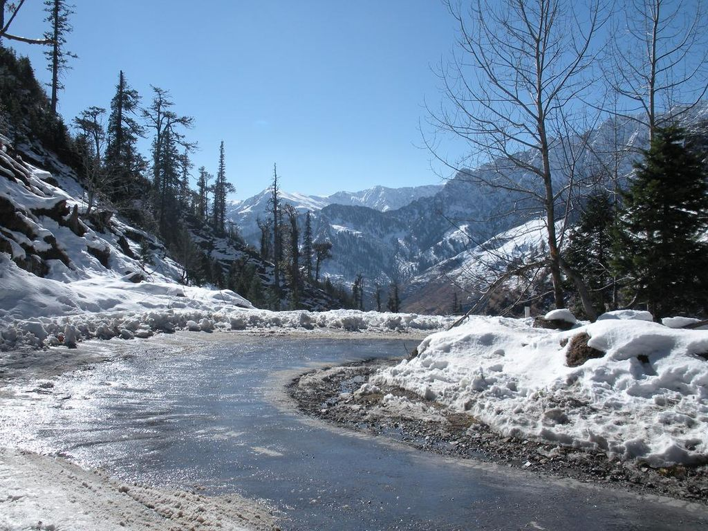 Manali is magical because you will get connected to the weather, mountains, beas automatically.  https://bit.ly/2IO3N3l #manali #sightseeing #beautifulplace #mountains #river #adventureplace #snowcoveredplace #magicalplace #feelthenature #peace #winter #alltimenjoy #snowpic.twitter.com/Bgy3wgDFzs