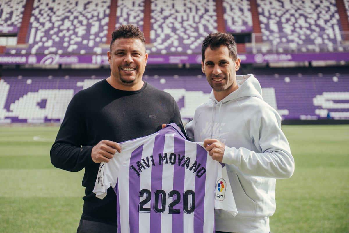 Ronaldo y Moyano posan con la camiseta del Pucela.