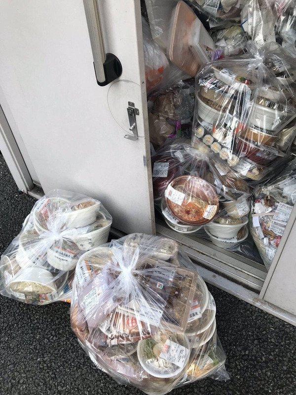 セブンイレブンの廃棄弁当の量がガチでヤバすぎる  本部から 廃棄出るくらい発注しとかないと怒られる  棚が空になると足りてないと怒られる