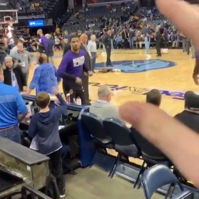 Josh Hart threw this fan some gum from the sideline 😅 (via claymassengille/IG)