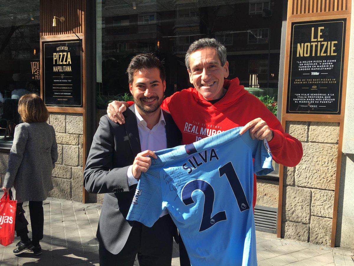 Mi hermano está muy agradecido a un gran jugador como David Silva @21LVA por dedicarle su camiseta del @ManCityES. Y al padre (Fernando) y el hermano (Fernando Jr. ☺), quien se la ha entregado. Un honor para mi hermano.