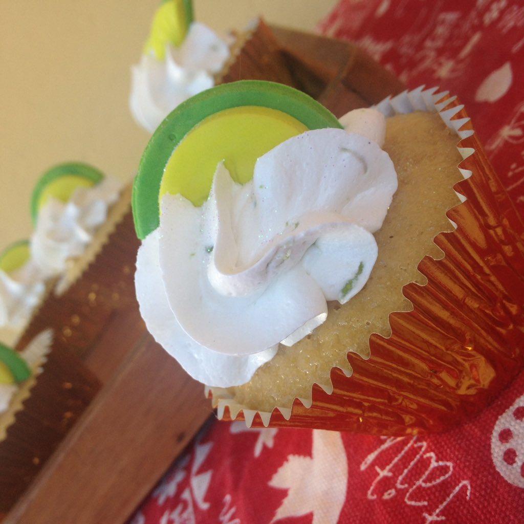 Miercoles, ya mitad de la semana, un día más de vida y que mejor que celebra con un #postresito #cupcake #limón #caracas Escribenos y realiza tu pedido para que disfrutes y compartas esta #ricuritas