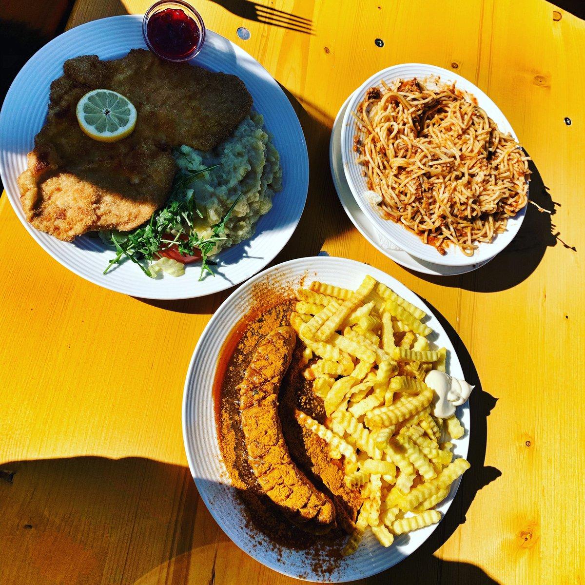 A bite anyone? #wienerschnitzel #spaghetti #currywurst #austria. Whats your favourite winter sports dish?pic.twitter.com/kWUWS0Kf1m